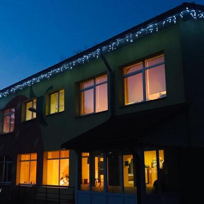 Установка рождественских лампочек в детском саду